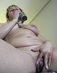 Kinky mama playing with her pussy