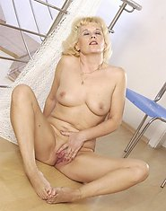 Aged housewife spread legs to play with dildo